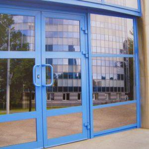 aljuminievaja-dver-so-steklom1-min